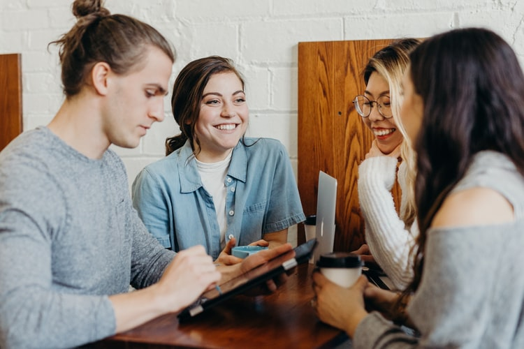 Rëndësia e aftësive të komunikimit në vendin e punës