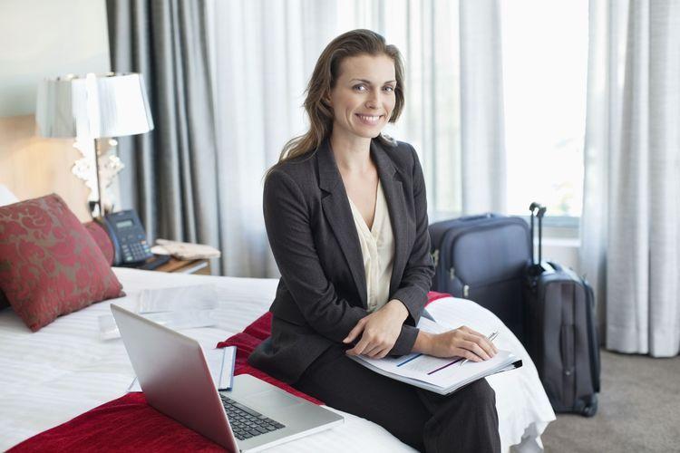 A duhet punonjësit ta ndajnë të njëjtën dhomë, kur bëjnë udhëtim pune?